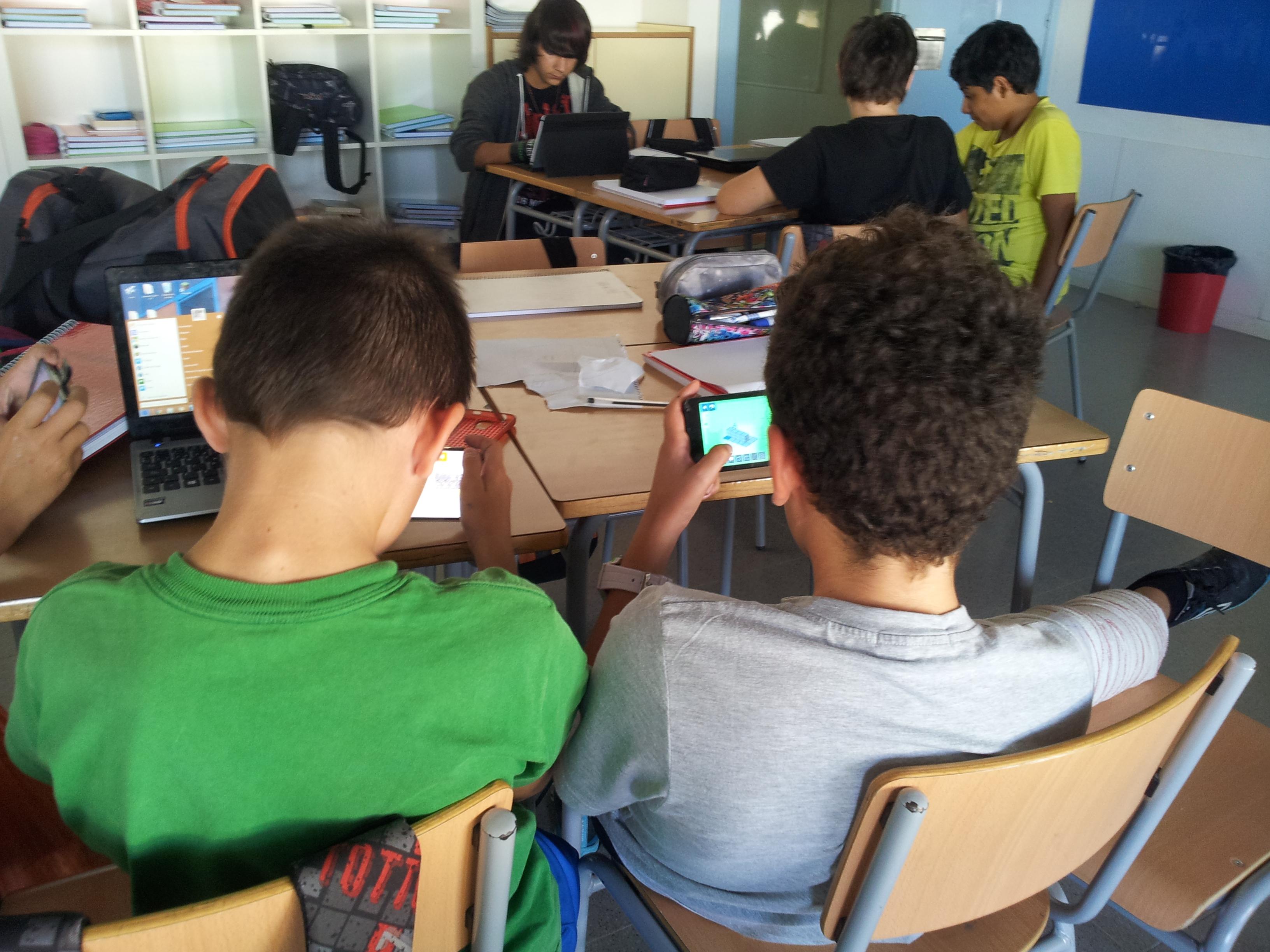 Alumnes jugant a l'app
